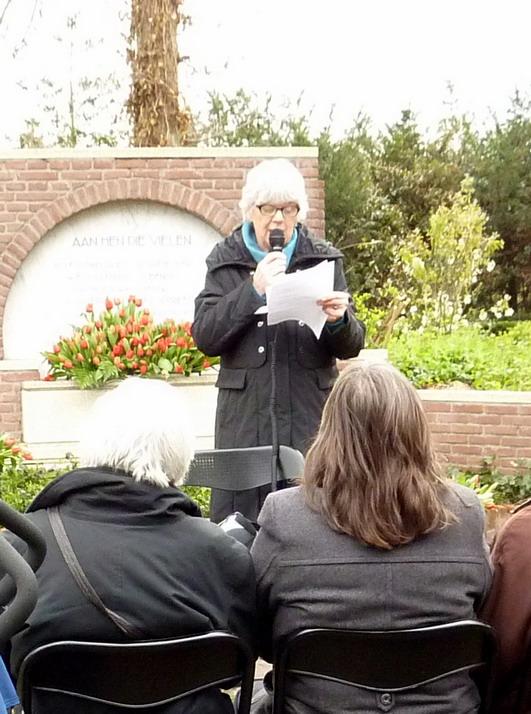 Herdenking-2012-Westerveld_3-Ellen-Santen-spreekt-op-de-herdenkingsbijeenkomst
